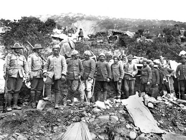 Türk esirler, Anzaklar tarafından ağır işlerde çalıştırılırken